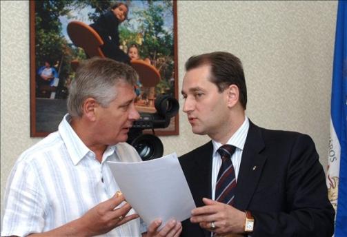 Gál György és Hunvald György a polgármesteri hivatalban. Egy kis PR-akcióért sosem kellett a szomszédba menni