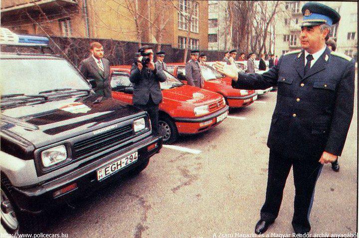 Az egykori budapesti rendőrfőkapitány, Bodrácska János a rendőrség által használatba vett, tulajdonos nélküli autókat mutat be a sajtónak. Ebből később bírósági ügy is lett. Fotó: Romnet.hu