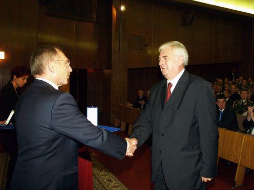A nyugalmazott altábornagy, Kacziba Antal 2011. augusztus 20-án Szent György érdemjelet vehetett át a belügyminisztertől, Pintér Sándortól  Fotó: Kormány.hu