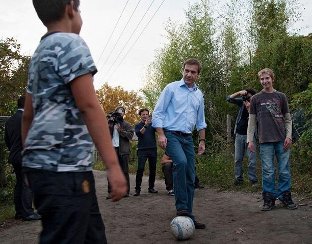 A focitrükkökben a gyerekek, az üzleti élet apró fortélyaiban az apa a tanítómester. Fotó: facebook.com