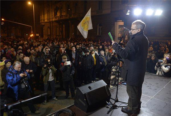 Horváth András volt adóhivatali dolgozó mond beszédet az őt támogató civilek által szervezett szimpátiatüntetésen Budapesten, a Nemzeti Adó- és Vámhivatal székháza előtt 2013. december 28-án. MTI Fotó: Bruzák Noémi