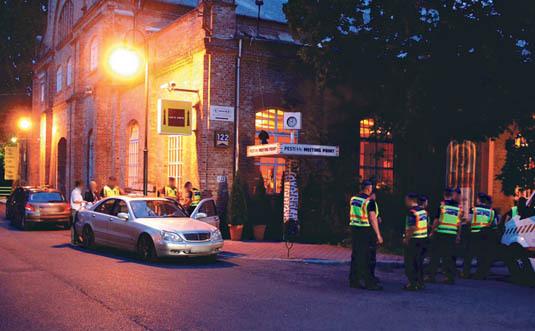 A Vizoviczki-ügy gyanúsítottjait gyűjtik be a rendőrök két éve, a Hajógyári szigeten Fotó: MTI/Mihádák Zoltán