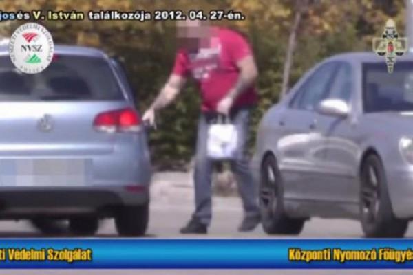 A PestiSrácok.hu-n elsőként megjelent leleplező videón Varga István egy 7,5 millió forinttal teli csomaggal száll be  Hopka Lajos szolgálati kocsijába Fotó: PS