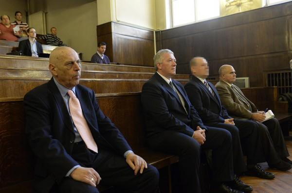A másodrendû vádlott, Gergényi Péter volt budapesti rendõrfõkapitány, a harmadrendû vádlott, Dobozi József, a Rendészeti Biztonsági Szolgálat (Rebisz) egykori parancsnoka, valamint a negyedrendû vádlott, Mittó Gábor és az ötödrendû vádlott, Majoros Zoltán (b-j) a volt rendõri vezetõk és társaik 2006. õszi eseményekkel összefüggõ büntetõperének tárgyalásán a Fõvárosi Törvényszék Fõ utcai épületében. Fotó: MTI/Soós Lajos