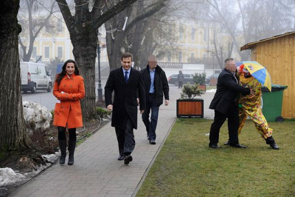 Bajnai nyugod léptekkel sétált, mialatt testőre a támadóval küzdött Fotó: Blikk