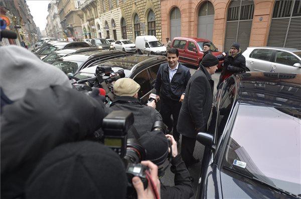 Mesterházy Attila pártelnök érkezik a Simon Gábor mentelmi jogával kapcsolatos tanácskozásra MTI Fotó: Máthé Zoltán