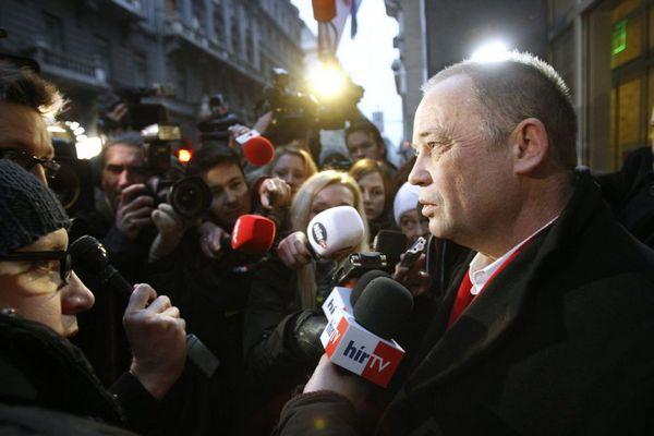 Szanyi Tibor, az MSZP elnökségi tagja nyilatkozik a sajtónak a tanácskozás utánFotó: Szigetváry Zsolt / MTI