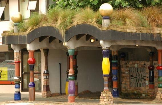 Hundertwasser organikus wc-je, az újzélandi Kawakawában