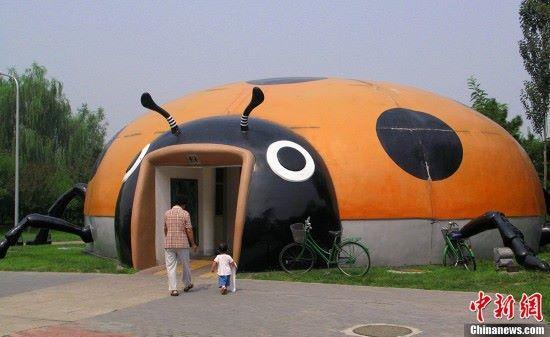 Kínában a katicába járnak pisilni a gyerekek...