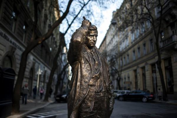 Peter Falk, Columbo hadnagy szobra a Falk Miksa utcában  - MTI Fotó: Marjai János