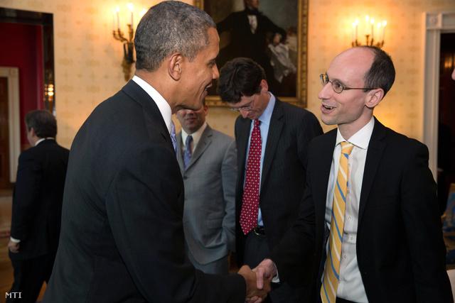 Barack Obama és Árvai Péter a Prezi társalapító-vezérigazgatója kezet fog a washingtoni elnöki rezidencia Kék szobájában 2014. február 28-án.  Fotó: index