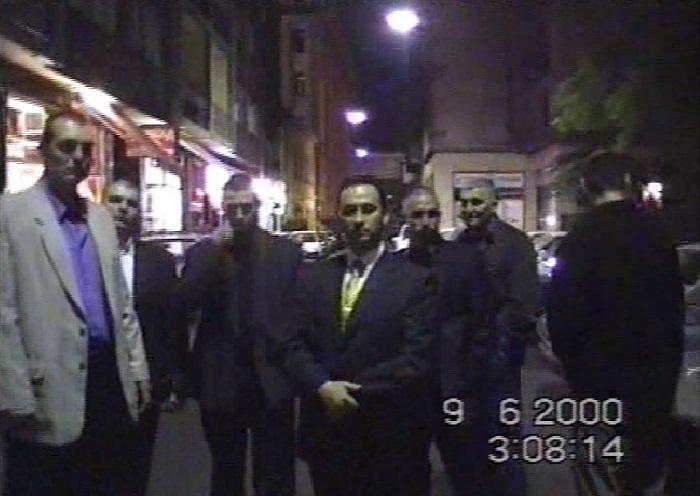 """Vizoviczki László testőrei között 2000-ben, egy Váci utcai """"vonulás"""" közben  Fotó: PS"""
