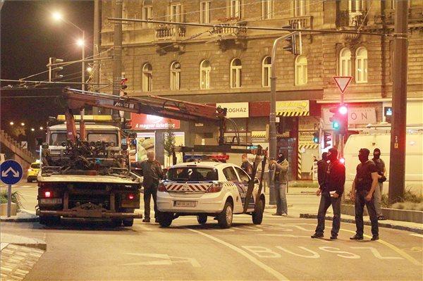 Elszállítanak egy rendőrautót Budapesten, a Baross téren, ahol a Központi Nyomozó Főügyészség (KNYF) felkérésére szolgálatban lévő rendőröket fogtak el a Terrorelhárítási Központ munkatársai 2014. szeptember 19-én hajnalban. MTI Fotó: Mihádák Zoltán