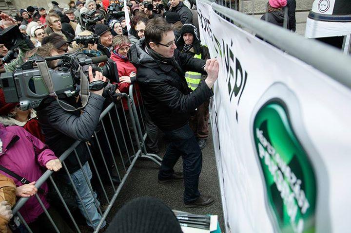 Karácsony Gergely performasza a német megszállás áldozatainak tiszteletére épülő emlékműnél - Fotó: PM