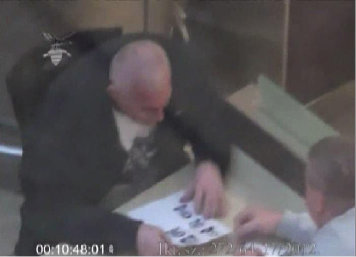 A Nemzetbiztonsági Szakszolgálat felvételén Varga István bűnügyi adatokat vesz át a Nemzeti Nyomozó Iroda egykori maffiaellenes osztályvezetőjétől, Hopka Lajostól Fotó: PS