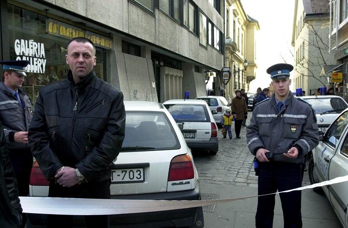 """Doszpot Péter a BRFK """"sztárzsaruja"""" egy 2000. március 22.-i emberölés helyszínén pózol a fotósoknak. Neve mindig előkerül, amikor a megoldatlan robbantási ügyekről van szó. Fotó: MTI/Koszticsák Szilárd"""