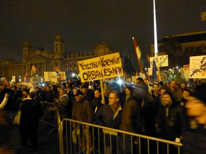 Mrs. Goodfriend ezt a képet posztolta a hétfői kormányellenes tüntetésről. Fotó: facebook.com