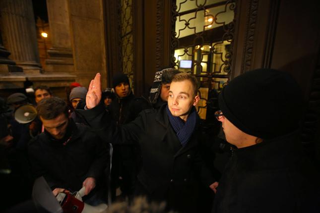 Kiss Dávid, a Corvinus Hallgatói Önkormányzatának elnöke a 2012-es diáktüntetésen, amelyen a hallgatók Orbán Viktort és Hoffmann Rózsát is élesen bírálták.Kiderült, nem csak buli, anyagilag is megéri a HÖK vezetése. Fotó: origo.hu