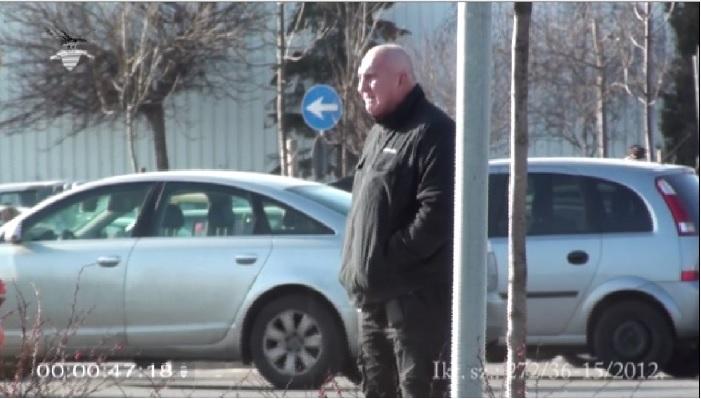 Varga István a Nemzetbiztonsági Szakszolgálat felvételén, ahogy Hopka Lajosra várakozik Fotó: PS