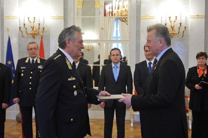 Horváth András 2011-ben átveszi a nyugállományú rendőr dandártábornoki kinevezési okmányt Schmitt Páltól. Fotó: MTI/Soós Lajos