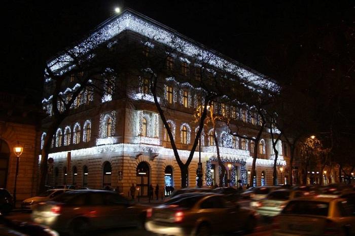 Az Il Bacio di Stile luxusüzletnek helyet adó, impozáns palotát úgy tudni, négymilliárd forintért vásárolta Gattyán György, majd további ötmilliárd forintból újította föl. Fotó: Labell.hu