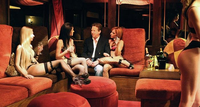 A könyv szerint korrupt, perverz és kokainistapolitikus is megfordult a Hajógyári szigeten. Képünk illusztráció. Fotó: vipbudapesthostess.com/