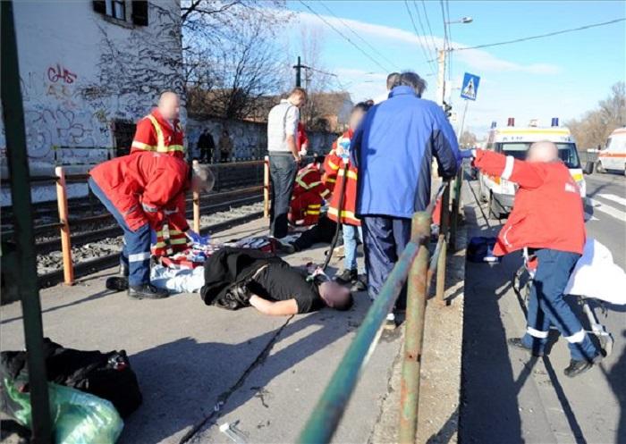 2012. január 7-én mentősök látják el azt a fiatalt, akit két társával együtt életveszélyes állapotban szállították el a Hajógyári sziget HÉV megállójából az Erzsébet Kórház toxikológiai osztályára. A három fiatal Gina nevű kábítószert fogyasztott. A 17 és 22 év közötti fiút lélegeztető gépre rakták, állapotuk súlyos, életveszélyes volt. Fotó: MTI/Mihádák Zoltán