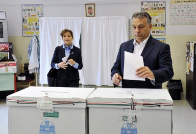 Budapest, 2015. május 17. Orbán Viktor miniszterelnök és felesége, Lévai Anikó leadja szavazatát a Normafa helyreállításáról tartott helyi népszavazáson a XII. kerületi 53. szavazókörben, a Zugligeti úti Általános Iskolában 2015. május 17-én. MTI Fotó: Kovács Tamás