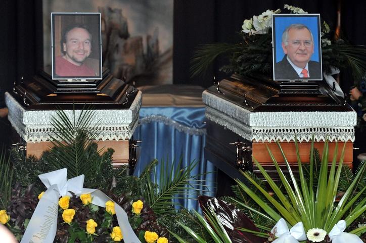 Takács József és Papp László, a csepeli kettős gyilkosság áldozatainak fényképe a koporsójukon - 2009. január 30. - MTI Fotó: Kovács Tamás