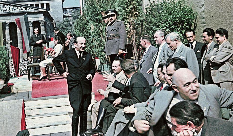 Nagy Ferenc miniszterelnök a parasztnapi nagygyűlés vendégei között, a jobb szélen Rákosi Mátyás /Forrás: Fotomuveszet.net (Ismeretlen szerző, MNM)