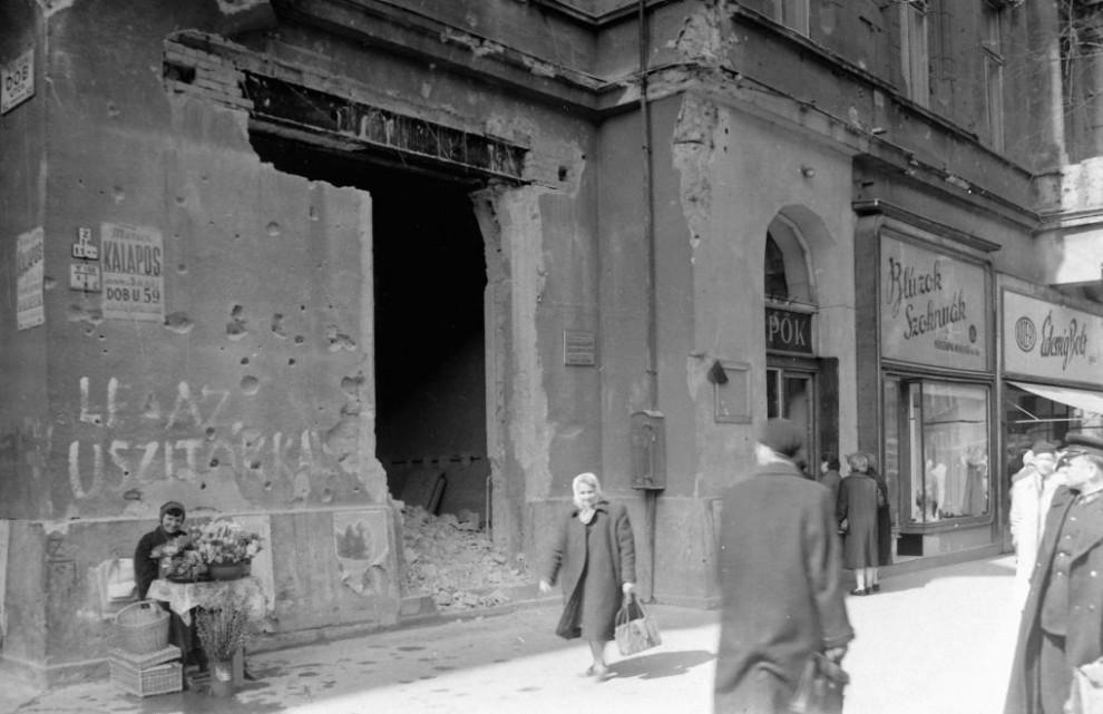 1957, csendélet: Le az úszítókkal! - Dob utca - Erzsébet (Lenin) körút sarok / Fotó: Fortepan.hu