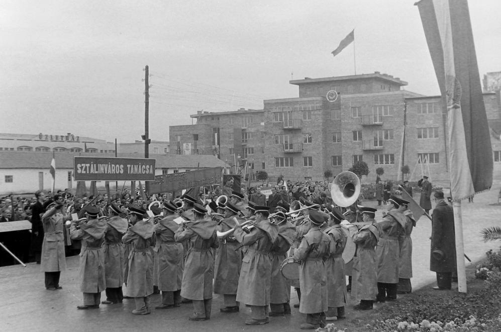 Sztálinvárosban is fellépett / Fotó: Fortepan.hu