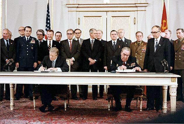 Carter és Brezsnyev aláírása, az amerikai elnök mögötti férfi sligovicát reggelizett?  / Fotó: Wikimedia.com