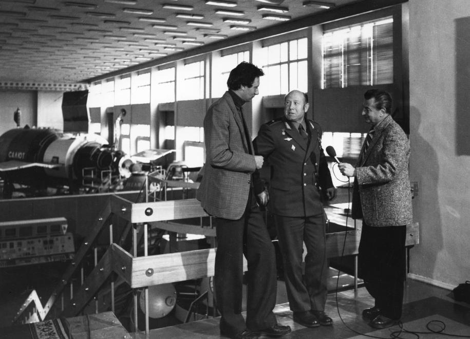 Interjú Moszkvában: a rendszerváltás után jelentős karriert befutó Csák Elemér moszkvai tudósító és Vértessy Sándor riporter faggat egy szovjet űrhajóst / Fotó: Fortepan.hu