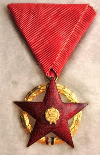 Vörös Csillag Érdemrend, kikiáltási ára - nem vicc - 11000 forint / Forrás: Mutargy.com