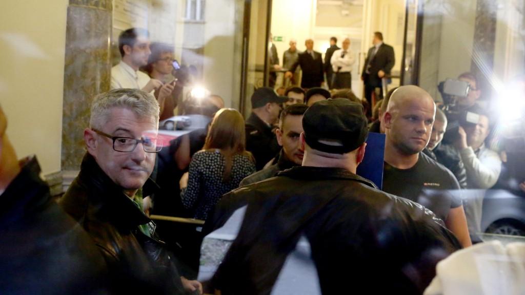 Juhos Lóci a Nemzeti Választási Irodán épp feltartóztatja az MSZP-s Nyakó csapatát - Fotó: Hegedűs Márta/Magyar Nemzet