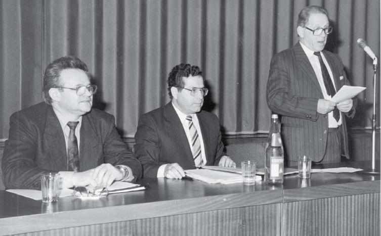 Kővári András (balra) itt már alapít - Fehér Gyűrűt, csakis az áldozatokért / Forrás: Fehergyuru.eu