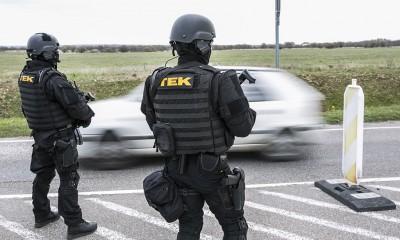 Brüsszeli robbantások - Kettes fokozatú terrorkészültséget rendeltek el Magyarországon Budapest, 2016. március 22. A Terrorelhárítási Központ (TEK) páncélozott szállító harcjárművei a Liszt Ferenc-repülőtér parkolójánál 2016. március 22-én, miután a reggeli brüsszeli robbantások nyomán Magyarországon ideiglenesen elrendelték a terrorkészültség kettes, magas fokozatát. Fotó: Horváth Péter Gyula