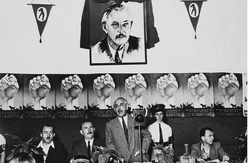 A szocdemeket egyszer már felfalták, a képen Rónai Sándor beszél 1947-ben. Később az MDP-ben, majd az MSZMP-ben is a belső kör tagja lehetett. Kiss Sándor felvétele /Forrás: Fotomuveszet.net