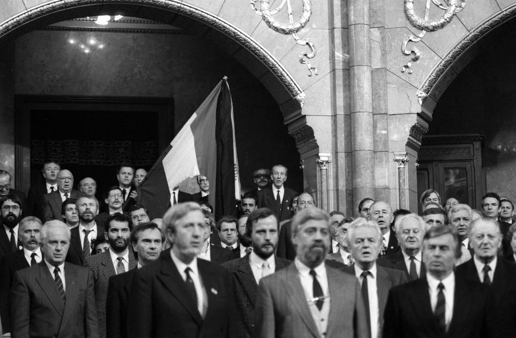 Parlament 1990-ben, Antall Józseftől jobbra Vörös Vince / Fotó: Fortepan.hu