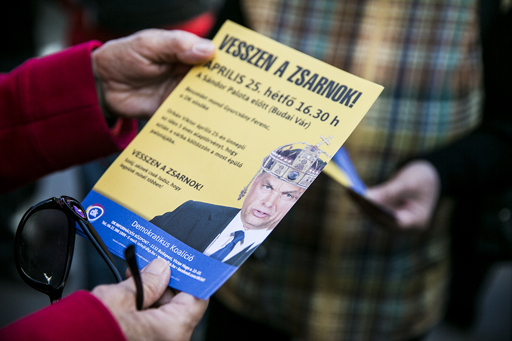 A tanárokkal szolidaritást vállaló tiltakozók a Teleki Blanka Gimnázium előtt Fotó: Horváth Péter Gyula
