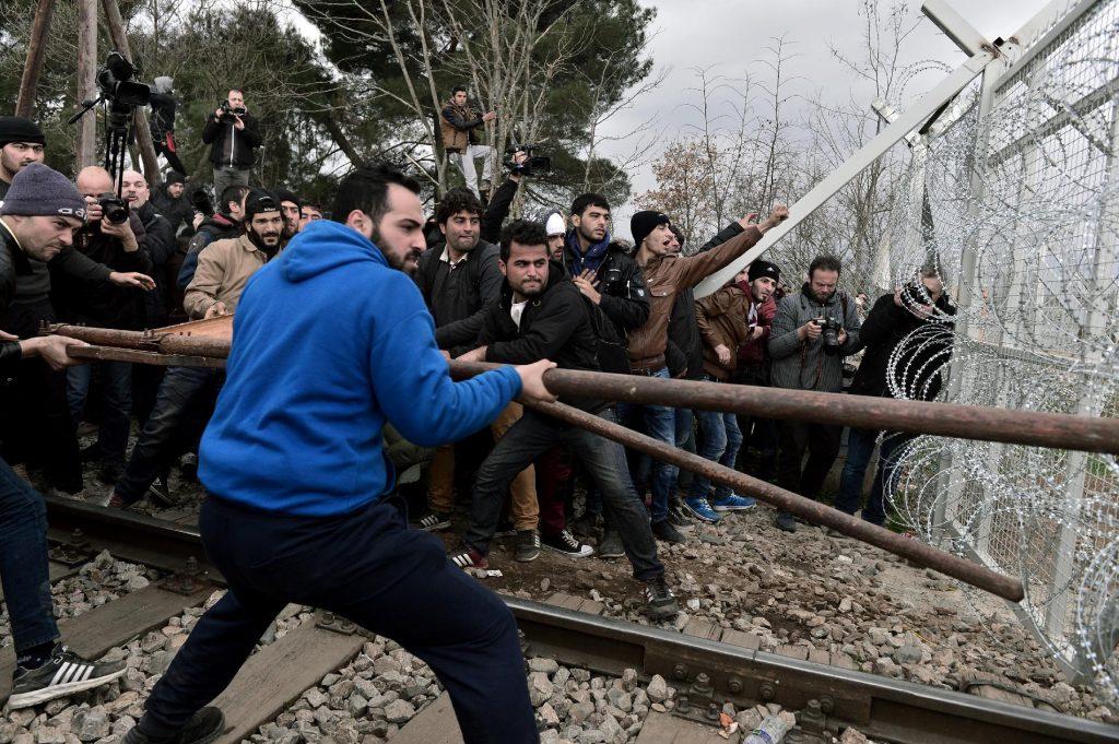 Többségében szír és iraki tiltakozók Röszkénél (kép: mno.hu)