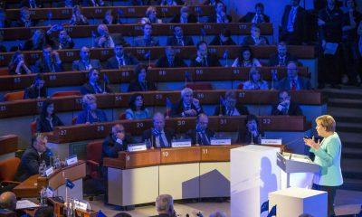 Luxembourg, 2016. május 30. A Miniszterelnöki Sajtóiroda által közreadott képen Angela Merkel német kancellár felszólal az Európai Néppárt fennállásának 40. évfordulóján tartott luxembourgi csúcstalálkozón 2016. május 30-án. Az elsõ sorban, balra Orbán Viktor miniszterelnök. MTI Fotó: Miniszterelnöki Sajtóiroda / Szecsõdi Balázs