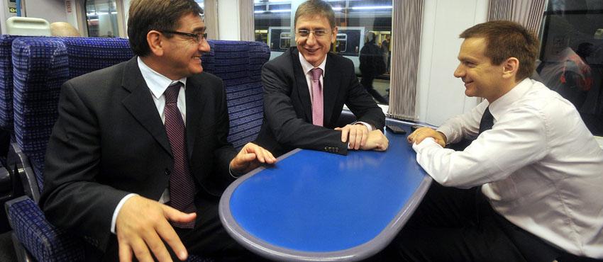 Veres János pénzügyminiszter (b), Gyurcsány Ferenc miniszterelnök (k) és Bajnai Gordon nemzeti fejlesztési miniszter (j) beszélget a Gatwick repülőtér felé tartó vonaton Londonban. MTI Fotó: Koszticsák Szilárd