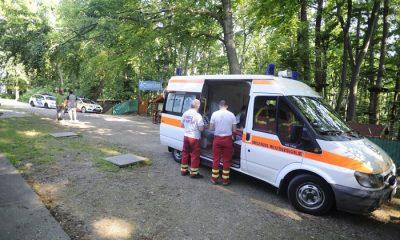 Budapest, 2016. május 22. Rendõrök és mentõk 2016. május 22-én a Csillebérci Szabadidõ Központnál, ahol a Challangeland kalandparkban leszakadt a fák közé kifeszített egyik kötélháló. A balesetben több mint 10 gyerek sérült meg könnyebben, többségüket kórházba vitték. MTI Fotó: Mihádák Zoltán