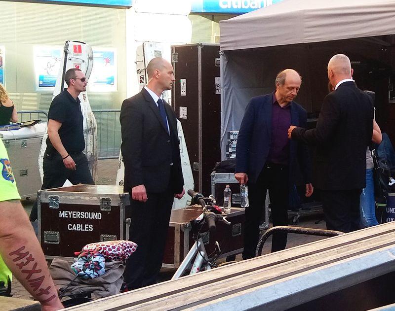 Marcona testőrök és rovásírásos kéz vigyázza a karnagyot (a szerző felvétele)
