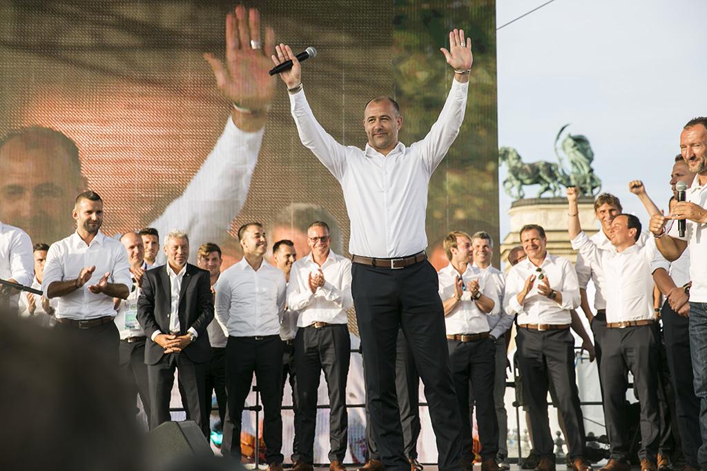 Király Gábor és a válogatott többi tagja a válogatott fogadására rendezett ünnepségen a Hősök terén (Fotó: Horváth Péter Gyula / PestiSrácok.hu)