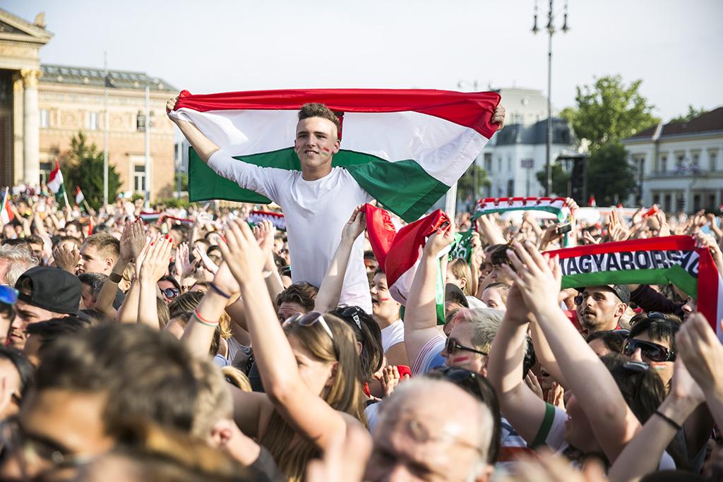 Magyar szurkolók üdvözlik a válogatottat / Fotó: Horváth Péter Gyula