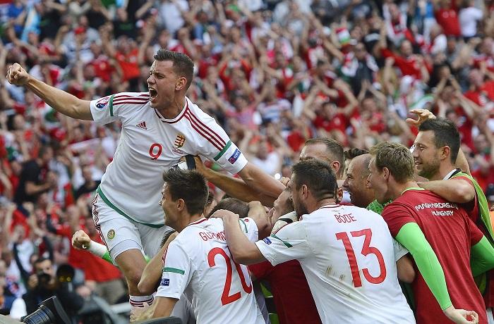 Szalai Ádám (b) és a magyar labdarúgó-válogatott tagjai ünnepelnek, miután 1-1-es döntetlent játszottak Izlanddal / Fotó: MTI