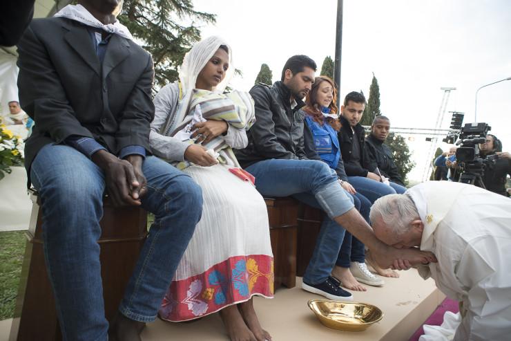 Bayer Zsolt: A migránsok lábát mosó Ferenc pápa a legnagyobb farizeus